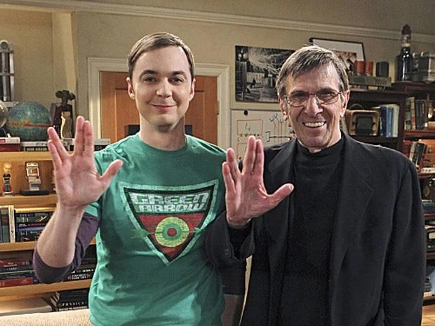 Leonard Nimoy, ao lado do também ator Jim Parsons, em sua participação na série 'The Big Bang Theory' em 2012. (Foto: Reprodução/Twitter)