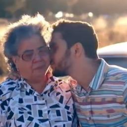 Um vídeo emocionante: de neto para avó com muito amor