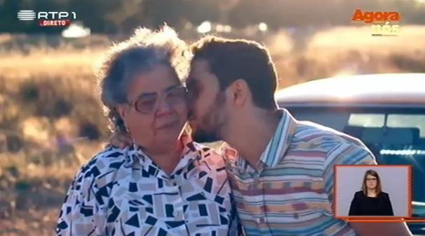 Um vídeo emocionante: de neto para avó com muitoamor