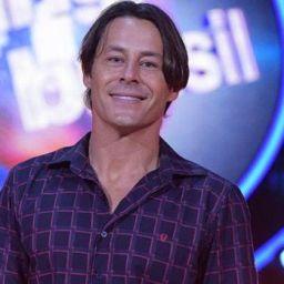 Théo Becker rejeitado pela Record, chama gays aos galãs do canal brasileiro