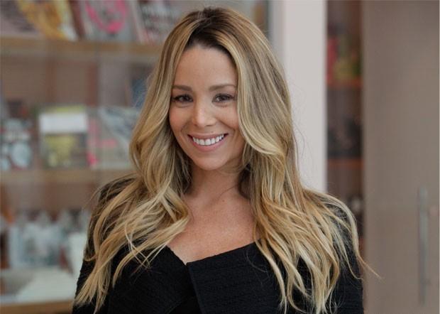 Mãe-de-Danielle-Winits-curte-praia-e-semelhança-com-a-atriz-choca.jpg