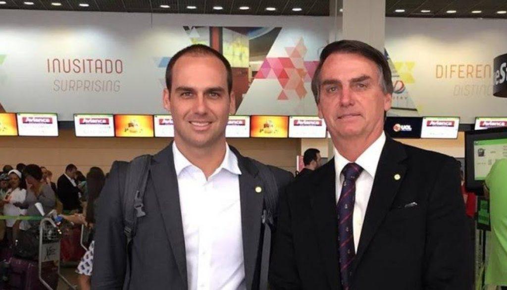 Filho de Bolsonaro, embaixador nos EUA atrapalha-se a falar inglês: «c*ralh*, deu branco» | VEJAM OVÍDEO!