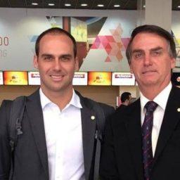 Filho de Bolsonaro, embaixador nos EUA atrapalha-se a falar inglês: «c*ralh*, deu branco» | VEJAM O VÍDEO!