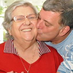 MUITO ABALADA: Hilda Rebello chega ao funeral do filho em cadeira de rodas   Veja as fotos!