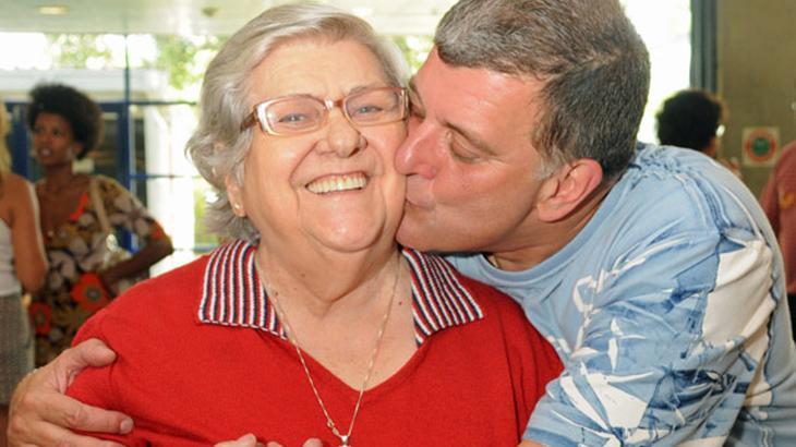 MUITO ABALADA: Hilda Rebello chega ao funeral do filho em cadeira de rodas | Veja asfotos!