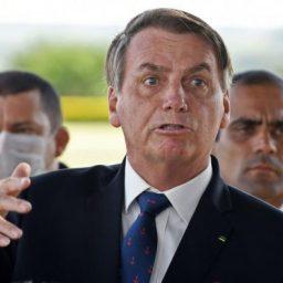 """Confrontado com mortes no Brasil, Bolsonaro reage assim: """"Não sou coveiro!"""""""