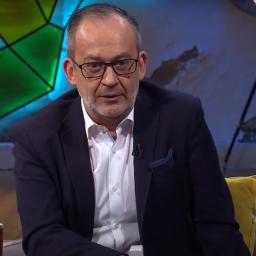 José Alberto Carvalho lê notícia ao estilo dos vários canais